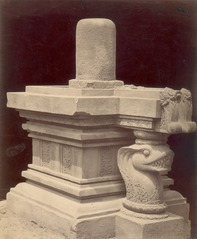 KITLV 87800 - Isidore van Kinsbergen - Sculpture of a yoni with lingga at Yogyakarta - Before 1900.tif