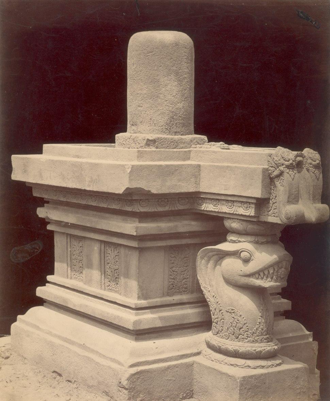 KITLV 87800 - Isidore van Kinsbergen - Sculpture of a yoni with lingga at Yogyakarta - Before 1900