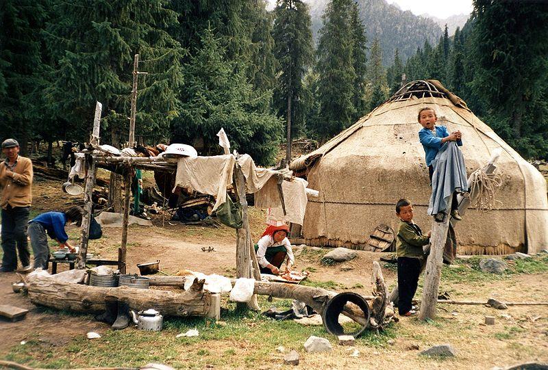 Yurta, la casa nómade Mongol 800px-Kazakhs_people