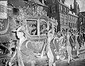 Koningin Juliana en prins Bernhard arriveren in de Gouden Koets bij de Ridderzaa, Bestanddeelnr 906-7336.jpg