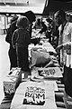 Kraampjes met posters Stop de neutronenbom, Bestanddeelnr 930-5135.jpg