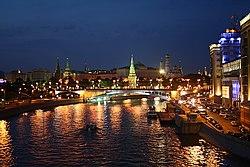 Kremlin nocturno desde el río Moscú.jpg