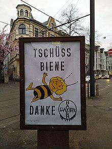 Une photo d'une campagne de dénigrement contre BAYER AG montre une Maya l'abeille morte