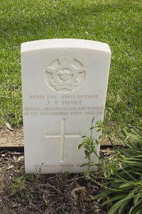 Leading Aircraftman J T Hunt gravestone in the Wagga Wagga War Cemetery.jpg