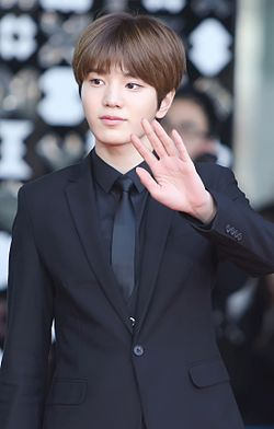 Lee Sung-jong at the SMTown Coex Artium on January 2015 03.jpg