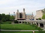 De muziek gebouw en quad van Lehman College.