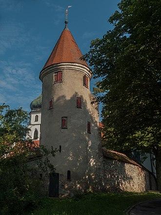Leutkirch im Allgäu - Image: Leutkirch im Allgäu, der Pulverturm met die Sankt Martins Kirche op de achtergrond foto 3 2014 07 28 09.05
