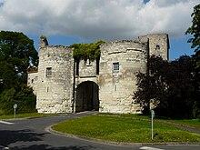 photo couleur de la Porte du Martray, à Loudun: arche entre deux tours massives de pierre claire