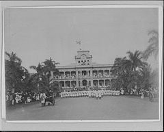Lowering of Hawaiian flag at Iolani Palace with US Marines in the foreground (PP-35-8-009).jpg