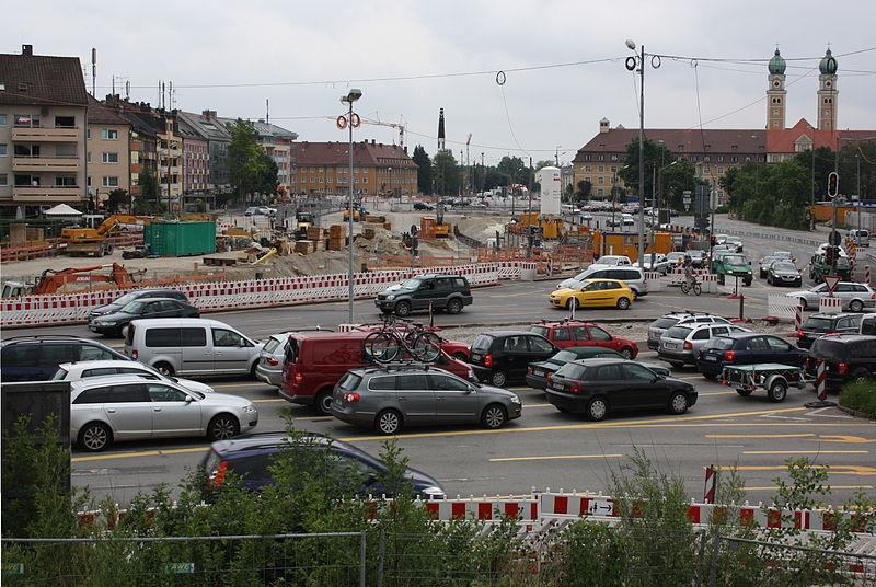 File:Luise Kiesselbach Platz Verkehrsführung durch die Baustelle.JPG