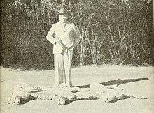 Maharaja Ramanuj Pratap Singh Deo em pé ao lado dos corpos das últimas três chitas selvagens na Índia