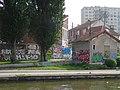 Maison et graffitis, canal de l'Ourcq, Pantin (27732100355).jpg