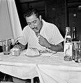 Man aan een maaltijd in Eilat, Bestanddeelnr 255-4986.jpg