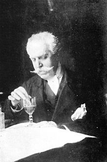 Fotografía de Manuel González Prada preparando goma. Lima, 1915.