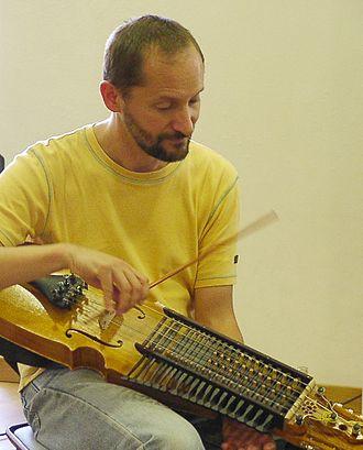 Marco Ambrosini - Image: Marco Ambrosini mit der Nyckelharpa
