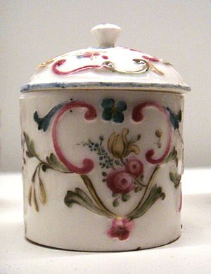Mennecy-Villeroy porcelain - Image: Mennecy soft porcelain covered cup circa 1750