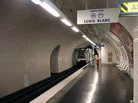Une rame MF 88 quitte la stationen direction de Louis Blanc.