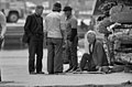 Miehiä seisomassa Kolera-altaan läheisyydessä - G38527 - hkm.HKMS000005-km0000o47k.jpg