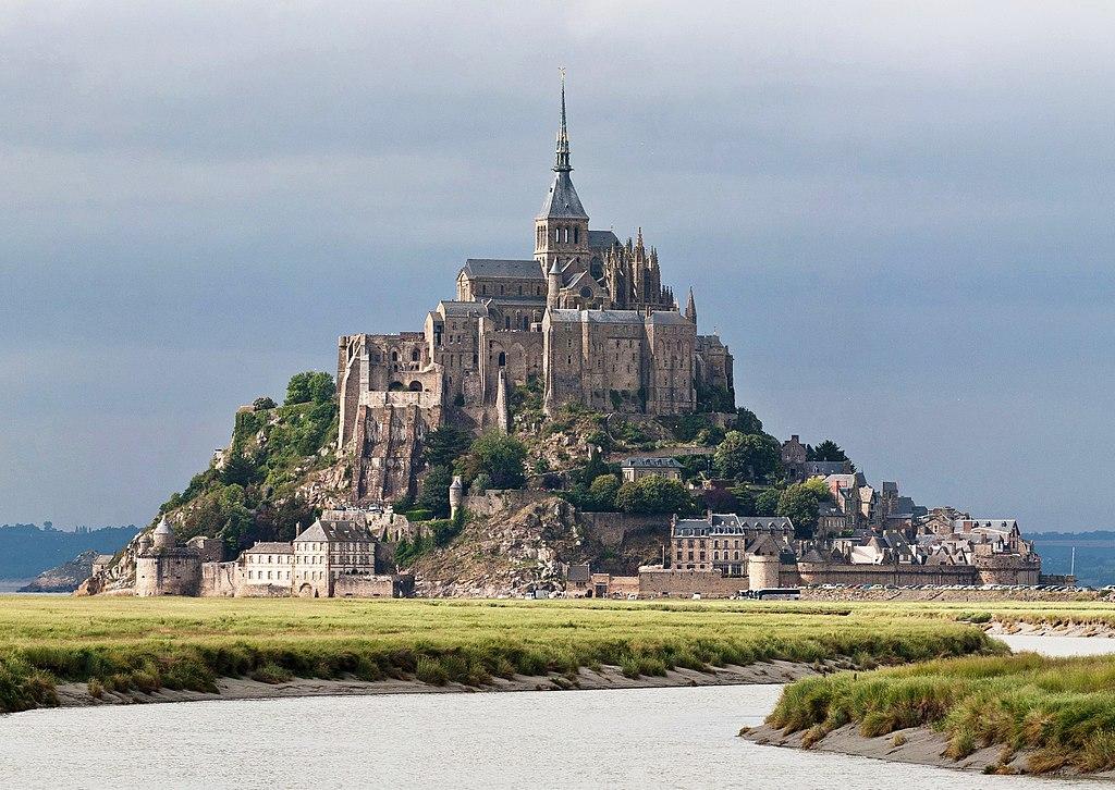 Le mont Saint-Michel (Basse-Normandie) en été, vu du Couesnon  (définition réelle 2811×1993)