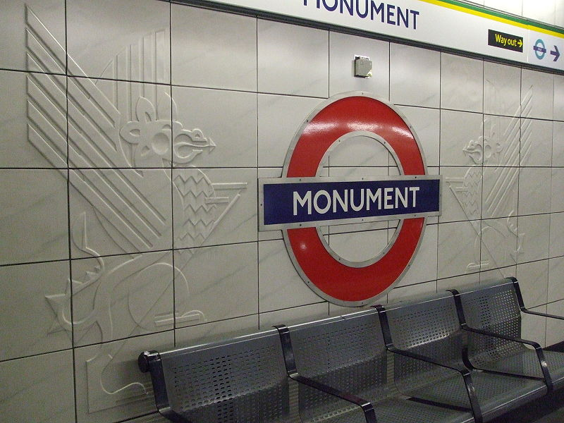 Fail:Monument station roundel and crests.JPG