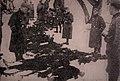 Nemški vojaki ob truplih padlih nemških policistov.jpg