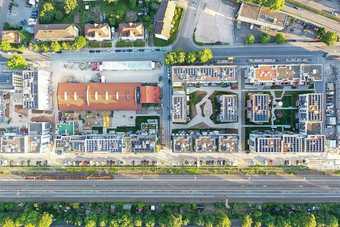 Neue Gebäude auf dem Viertel Alter Güterbahnhof in Tübingen senkrecht von oben.jpg