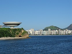In the foreground, to the left, the Museum of Contemporary Art of Niterói. In the background, Icaraí Beach.