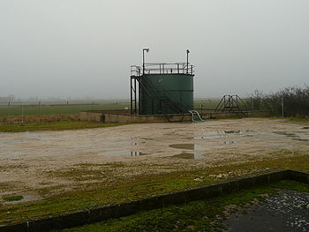 English: Oil storage tank For the small oil we...