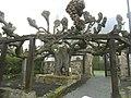 Ostheim-Gerichtsplatz im Südsüdosten vor Kirchhofmauer - alte Linde (geschätzt 1000 Jahre) mit Holzstützen in Übersicht-05052013.JPG