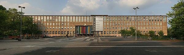 Panorama-Aufnahme des Hauptgebäudes der Universität zu Köln am Albertus-Magnus-Platz in Köln-Lindenthal