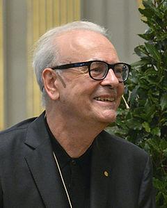 Patrick Modiano i Börshuset i Stockholm under Det Svenske Akademis pressekonference den 6 december 2014.