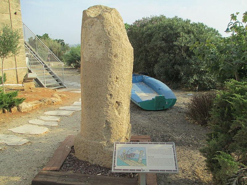 אבן מיל בחצר מוזיאון המזגגה בנחשולים