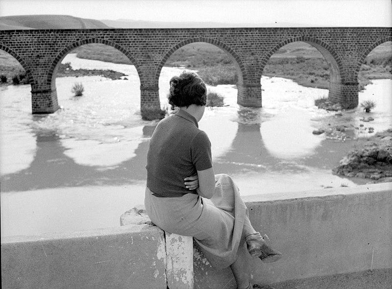 גשר הישנה - בחורה על הגשר
