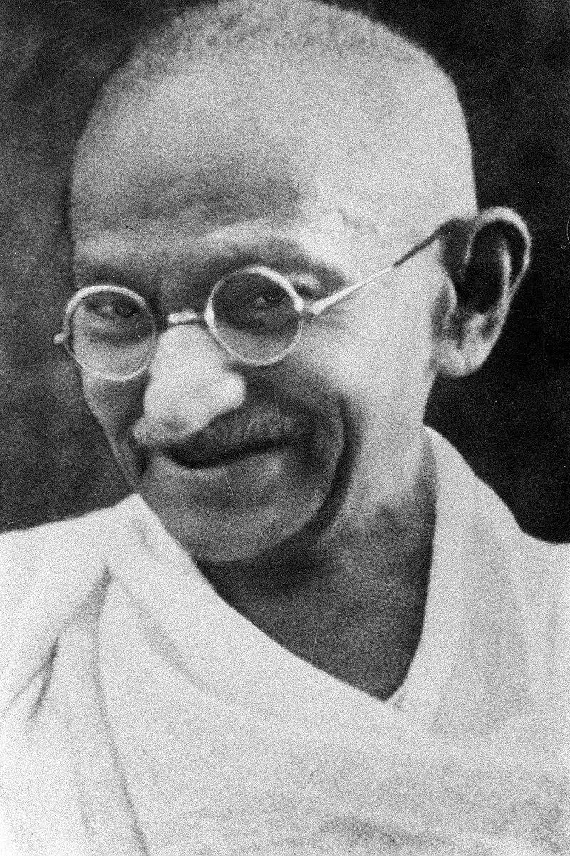 Auch Gandhi war nicht wirklich gewaltlos. Er setzte Gewalt gegen sich selbst und Mitkämpfer bewusst ein.