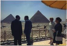Nixon, Sadate et leurs épouses sont sur une terrasse en face des pyramides de Gizeh