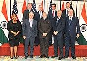 Le Premier ministre Narendra Modi avec les participants de la table ronde sur le secteur financier.jpg