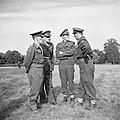Prins Bernhard in gesprek met officieren, Bestanddeelnr 255-7990.jpg