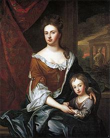 Anne és fia a barokk kerti háttérrel ölelkeznek