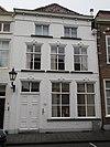 foto van Huis met gepleisterde lijstgevels, vensters met kuiven van stuc schilddak