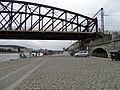 Rašínovo nábřeží, náplavka a železniční most (01).jpg