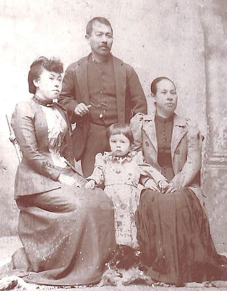 File:Riki Ito with her daughter and Mr and Mrs Kato.jpg