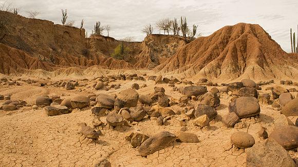 Rocas de Río y Relieve en el Desierto de La Tatacoa.jpg