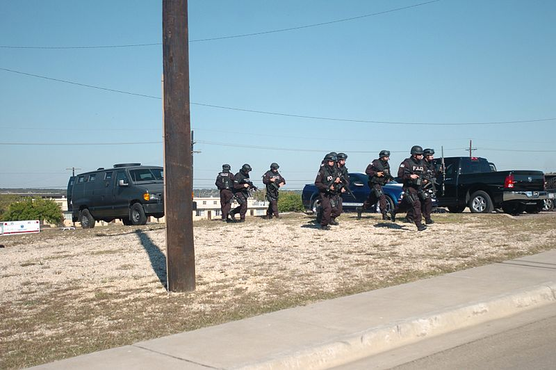 File:SWAT team approaches building at Fort Hood 2009-11-05.JPG