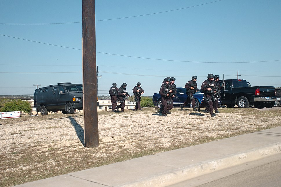 SWAT team approaches building at Fort Hood 2009-11-05