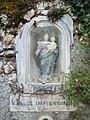 Saint-Bertrand-de-Comminges - Statue de la Vierge Marie à l'enfant au-dessus d'une fontaine.jpg