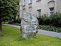 Sloka, piemiņas zīme pie skolas 2000-08-04 - panoramio.jpg