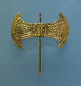 Small golden double head minoan axe archmus Heraklion.jpg