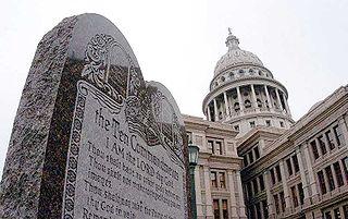 Табличка с Десятью заповедями напротив Капитолия штата Техас в г. Остин.