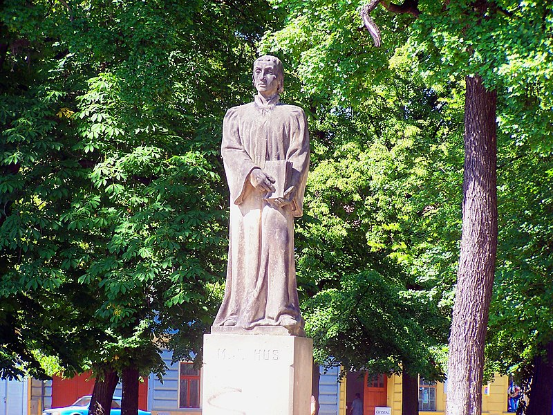 File:Terezín - Husova - Statue of Mistr Jan Hus - View North.jpg
