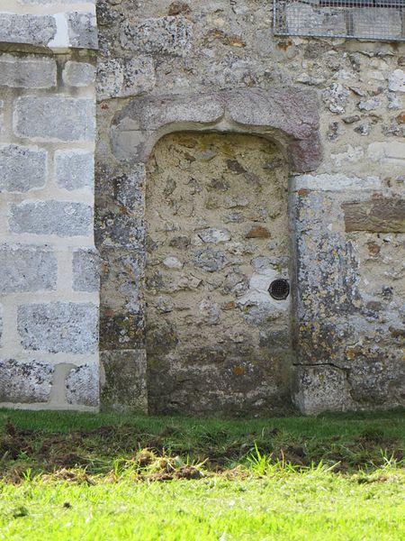 Porte murée dans le mur de l'église